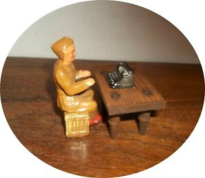 invC765 ~ VERY NICE  SOLDIER ~ WITH TYPEWRITTER AND TABLE ~ BARCLAY / MANOIL