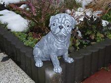 Steinfigur Tierfigur Hund Mops sitzend anthrazit