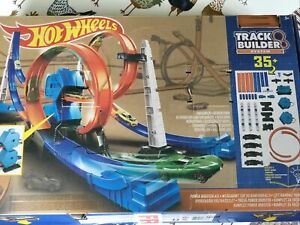 Hot Wheels Wall Tracks - HW City - Track Builder - Racing Car Playset with Loops