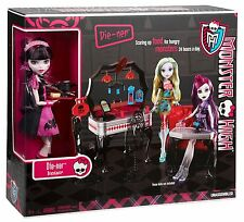 MONSTER HIGH Die-ner Playset & Exclusive Draculaura Doll Cafe set Rare 2012 NEW