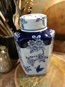 Pretty Decorative Blue and White Floral Asian Ceramic Ginger Jar with Lid