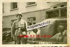 1. Cholm Polizei Rgt. 25 , Soldat vor Fahrzeug Kübelwagen in Kopenhagen Dänemark