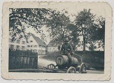 Foto Soldat-Wehrmacht auf Fass mit Stahlhelm und Pistole  2.WK  (W52)