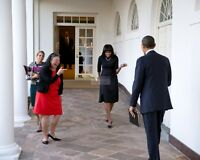 BARACK OBAMA GREETS MICHELLE ON THE WHITE HOUSE COLONNADE - 8X10 PHOTO (ZY-346)