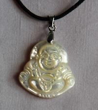 Lithothérapie - Minéraux - Pendentif Bouddha rieur en nacre avec son cordon Neuf