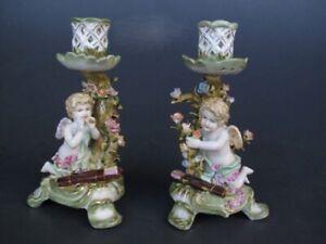 Un Paire Baroque Porcelaine Chandelier, Bougeoirs Avec Anges Et Fleurs Stockage