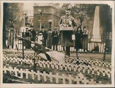 Londres, Mutilé de la Grande Guerre vendant des coquelicots à Westminster, 1938,