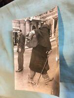 FOTO ORIGINALE IN B/N: UOMO CON LO ZAINO E SCARPE CHIODATE ROMA ANNI '40/50