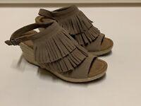 Minnetonka Ashley Wedged Sandals Women Size 8 Fringe  Suede 71311 Toupe Tan