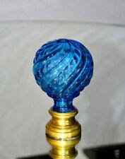 Saint-Louis. Boule de rampe d'escalier en cristal teinté bleu, à décor de côtes.