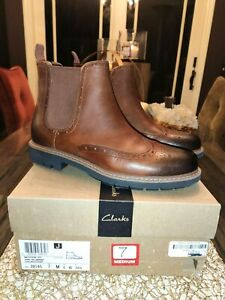 NEW IN BOX CLARKS MENS 7M BATCOMBE TOP DARK TAN LEATHER BROGUE CHELSEA BOOTS