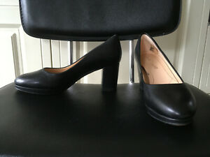 Lovely Clarks black leather court shoes - size 4 - excellent condition