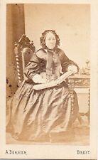 Photo carte de visite : Bernier ; Vieille dame avec album cdvs en main vers 1863