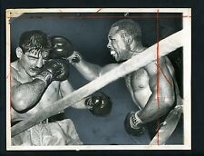 Archie Moore in action defeating Giulio Rinaldi 1961 Press Photo Champion Boxer