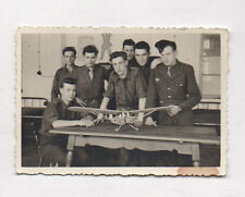 PHOTO ANCIENNE Snapshot Homme Groupe maquette Avion Aviation Vers 1950 Militaire