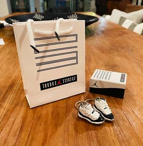 3D Mini Sneaker Air Jordan XI Keychain Concord Black/White Pair (2)