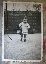 Photographie vintage Bébé avec son sac au parc Snapshot vers 1930