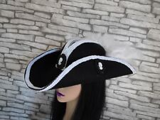 SUPERBE Steampunk Style Pirate Tricorne Chapeau Noir Plume Blanche Cameo (BOXb).