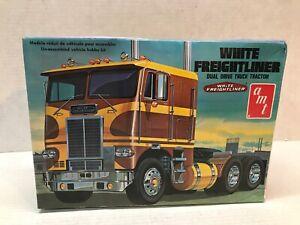 VINTAGE ORIGINAL 1970'S ISSUE AMT 1/25 SCALE WHITE FREIGHTLINER TRUCK MODEL KIT