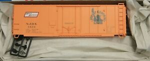 HO Scale  ACCURAIL 3137 CENTRAL of NEW JERSEY 40' Insulated Riveted Steel Boxcar