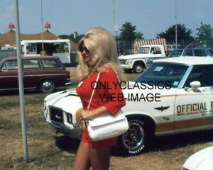 1972 INDY 500 SEXY LINDA VAUGHN PHOTO BUSTY TROPHY GIRL HURST OLDS PACE CAR WOW!