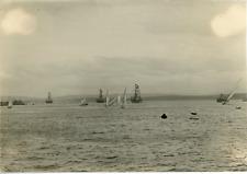 Paysage avec des bateaux  Vintage silver print.  Tirage argentique d'époq