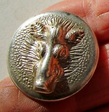 Bouton creux de vénerie en métal doré avec une tête de sanglier en relief, 28 mm