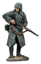 W. Britain: 25058 - Volksgrenadier In Greatcoat Looking Around Corner with K-98