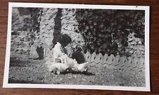 Vintage Photo années 30 enfant jardin poules  snapshot