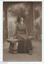 BM544 Carte Photo vintage card RPPC Femme mode fashion assise sur banc décor