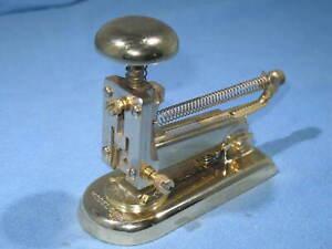 El Casco Emplee Grapas 23 Kt Gold Plated Small Executive Stapler Modelo No. 5