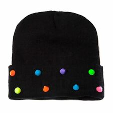 Plain noir Beanie chapeau avec détails clous Rainbow disponibles en une seule taille convient à tout
