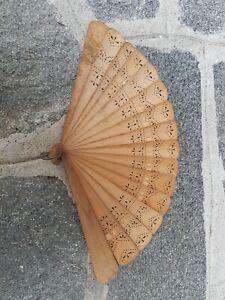 Vecchio ventaglio in legno