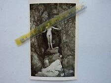 Nu, jolie femme nue dans les rochers, photo argentique d'époque, 1957