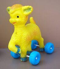 Ancien jouet à tirer MOUTON sur roulettes vintage jeu plastique jaune old toy