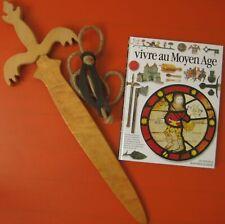 Vivre au Moyen Age livre Gallimard + Epée bois + Porte-épée cuir LOT médiéval