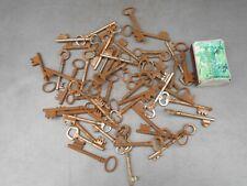 Lot de 50 anciennes clefs pour serrurerie de porte ancienne.