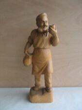 ältere 54 cm grosse Holzfigur Mann mit Weinglas Weintrinker Winzer  signiert