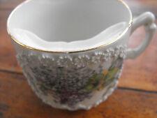 antike Barttase Tasse Porzellan Schnurbart mit plastischen Blümchen, Flieder