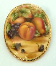 A VINTAGE 1960s AYNSLEY POTTERY BROOCH WITH A STILL LIFE FRUIT DESIGN