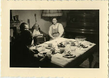 PHOTO ANCIENNE - VINTAGE SNAPSHOT - REPAS RADIO FAMILLE TABLE INTÉRIEUR - MEAL