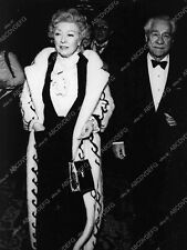 8b20-15675 Greer Garson out with her husband maybe 8b20-15675