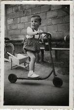 PHOTO ANCIENNE - VINTAGE SNAPSHOT - ENFANT JOUET TROTTINETTE BROUETTE MODE - TOY