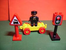Lego Duplo Eisenbahn 2 Schilder mit Anhänger und Bahnbediensteten