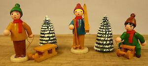 Figuren Original Erzgebirge Kinder-Wintersportgruppe 3 Figuren und 2 Rillenbäume