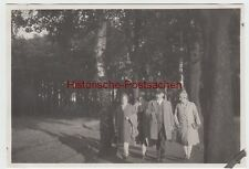 (F8660) Orig. Foto Personen spazieren im Wald, 1930er