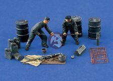 Verlinden 1/48 Luftwaffe Ground Crew / Gun Cleaning w/Acc. WWII (2 Figures) 1367