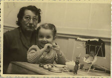 PHOTO ANCIENNE - VINTAGE SNAPSHOT - ENFANT JOUET DINETTE POUPON POUPÉE -DOLL TOY