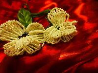 artisanal ,les fleurs  bl-anches= broches en perles ou garnitures chapeaux etc