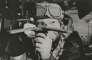 Pilot mit Zieloptik im Flugzeug Cockpit USAF Bordschütze Pressefoto wwII Foto